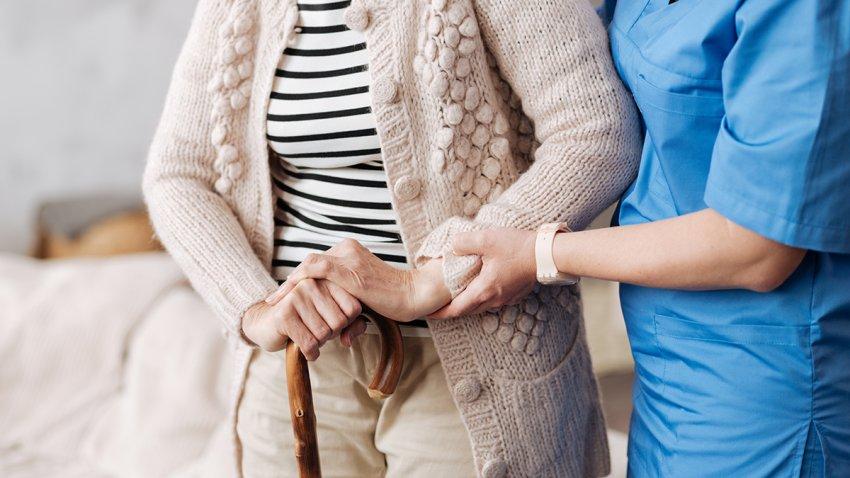foto de enfermera ayudando a una paciente de la tercera edad.