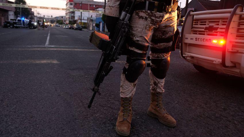 Soldado de la Guardia Nacional frente a una escena de crimen en Tijuana