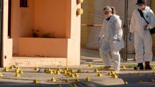 Dos peritos en escena de crimen en Sinaloa