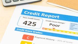 Formulario muestra un puntaje de crédito de 425, calificado como bajo.