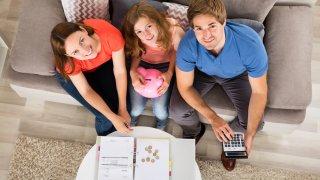 Una de las conversaciones más importantes que puede tener con tus hijos mientras estén jóvenes es sobre las finanzas.