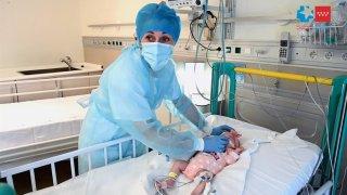 El hospital madrileño Gregorio Marañón ha llevado a cabo con éxito el primer trasplante del mundo de un corazón infantil en parada, que fue recibido por un bebé de dos meses, en la imagen, y con incompatibilidad sanguínea con su donante.