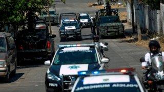 Grupo de patrullas y vehículos militares en Michoacán