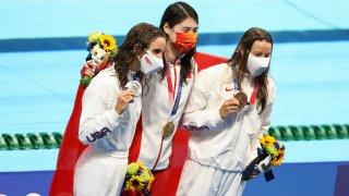 La medallista de plata Regan Smith de EE. UU., la medallista de oro Yufei Zhang de China y la medallista de bronce Hali Flickinger de EE. UU. durante la ceremonia de entrega de medallas de la final de 200 m Butterfly el día seis de la competencia de natación de los Juegos Olímpicos de Tokio 2020 en el Centro Acuático de Tokio el 28 de julio. 2021 en Tokio, Japón.