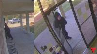 Se hizo viral el video de vigilancia del atracador en su aparatosa huida,