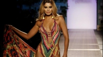 Tras la controversia de su errónea coronación en Miss Universo, la colombiana se presentó en el último día del evento de moda en su país.