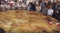 Los salvadoreños celebraron el día del tradicional plato con una inmensa pupusa que midió 15 pies de diámetro. Para ver más de...