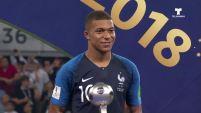 La joven promesa de Francia recibió el trofeo tras la final en Moscú.