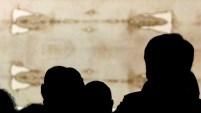 La autenticidad del 'sudario' que se cree contuvo el cuerpo de Jesús tras su crucifixión es motivo de devoción pero también de debate.