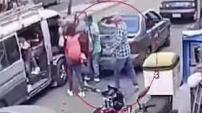 Todo ocurrió mientras el menor ayudaba a la gente a subir a un autobús en Guatemala. Para ver más de Telemundo, visitahttp://now.tele...