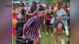 Hombre en silla de ruedas se roba el show con baile