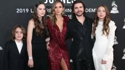 ¡Grandes y hermosos! Juanes va con su esposa e hijos a recibir reconocimiento