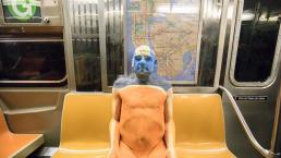 Viral: modelo semidesnudo se camufla en un tren y un pasajero casi toma asiento