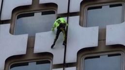 De infarto: ''Hombre Araña'' trepa edificio con las manos y los pies