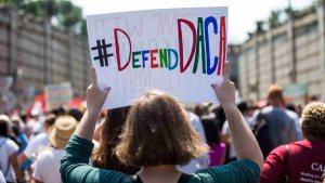 Exigen a la Corte Suprema que decida el futuro de DACA