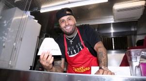 Nicky Jam pasa de reguetonero a vendedor de hamburguesas