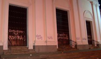 """Arzobispo repudia """"perreo combativo"""" frente a la Catedral"""