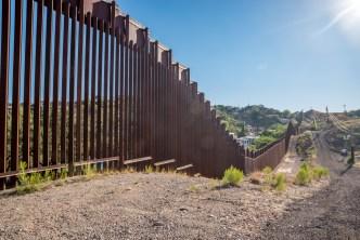 Miles de inmigrantes cruzan la frontera en cuatro horas
