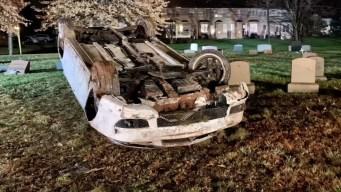 Choca su carro y queda atrapado en un cementerio
