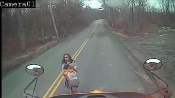 Madre e hija al borde del impacto fatal