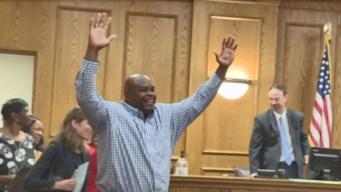 Liberan a hombre inocente tras 25 años encarcelado