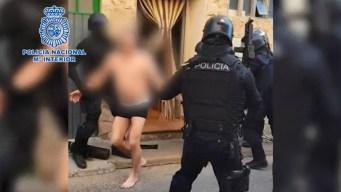 En calzones sacan a presunto narco de su escondite