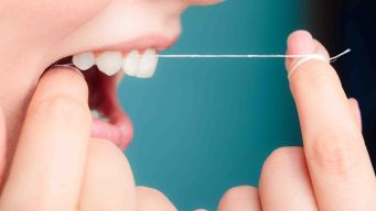 El peligro oculto del hilo dental para la salud