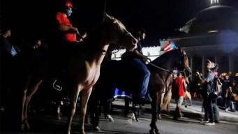 A caballo, manifestantes piden la renuncia de Rosselló