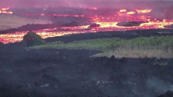Impresionante río de lava fluye del volcán Kilauea
