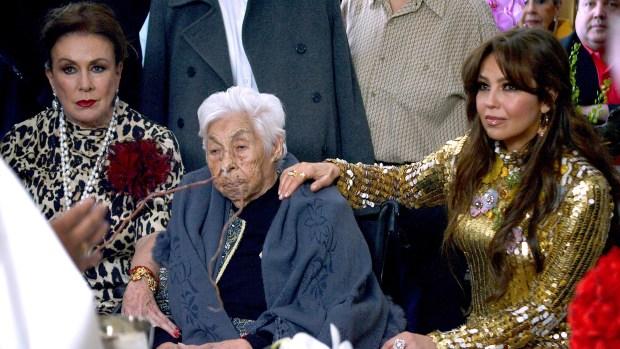 Thalía y Laura Zapata se reencuentran para celebrar los 100 de la abuela