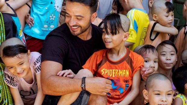 Luis Fonsi visita orfanato en Vietnam con artículos de primera necesidad