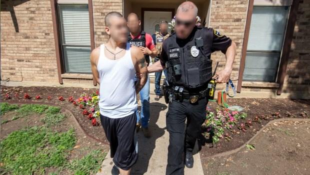 En operativo de ICE caen pandilleros, drogas, armas y dinero