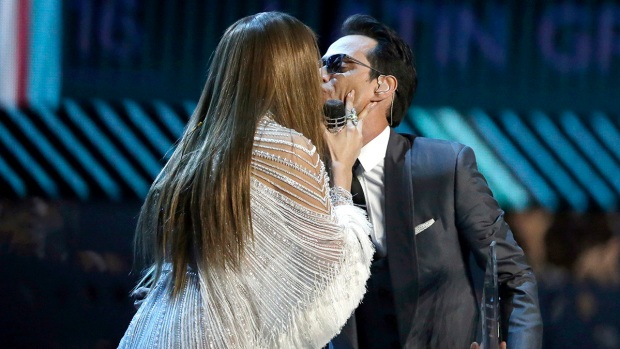 Jennifer López y Marc Anthony se besan en los Latin Grammy