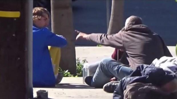 Justin Bieber es captado compartiendo con indigentes