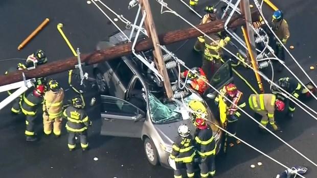 [TLMD - NATL] Dramático: quedan atrapados dentro de auto tras derrumbe de 24 postes