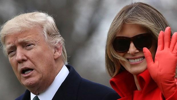 Melania Trump deslumbra de rojo camino a resort en Florida