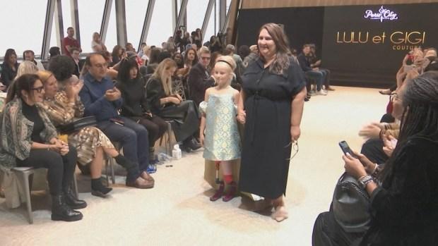 Niña con ambas piernas amputadas desfila en la Semana de la Moda de París