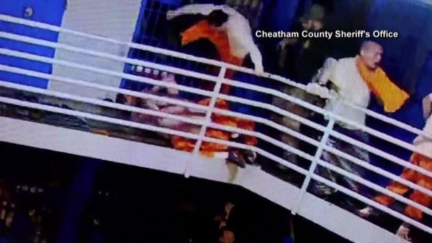 En video: reos se trenzan en brutales puñetazos y patadas