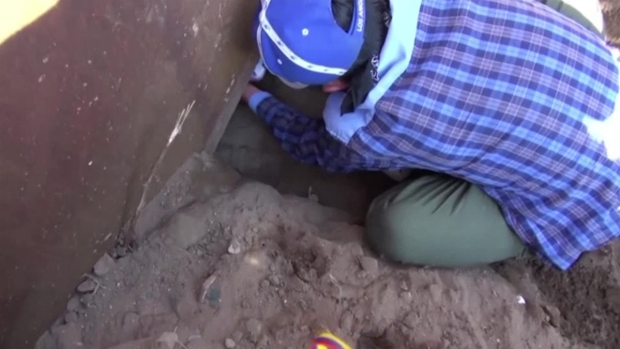 [TLMD - LV] Mujer y su hija se meten por debajo del muro fronterizo