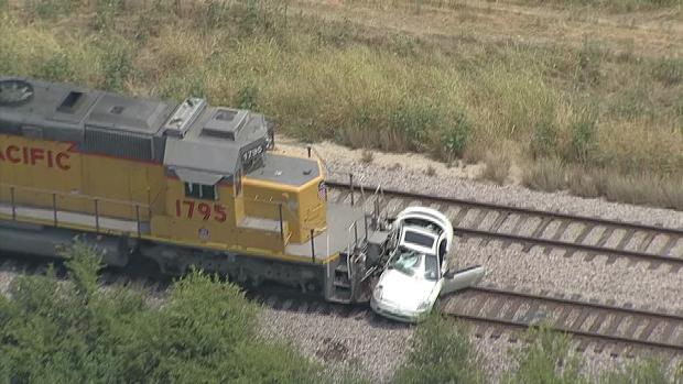 Auto choca contra un tren en marcha