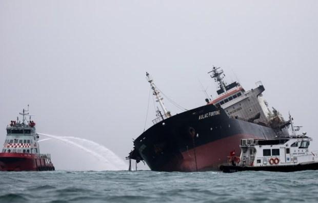 Un muerto tras feroz incendio en gigantesco petrolero