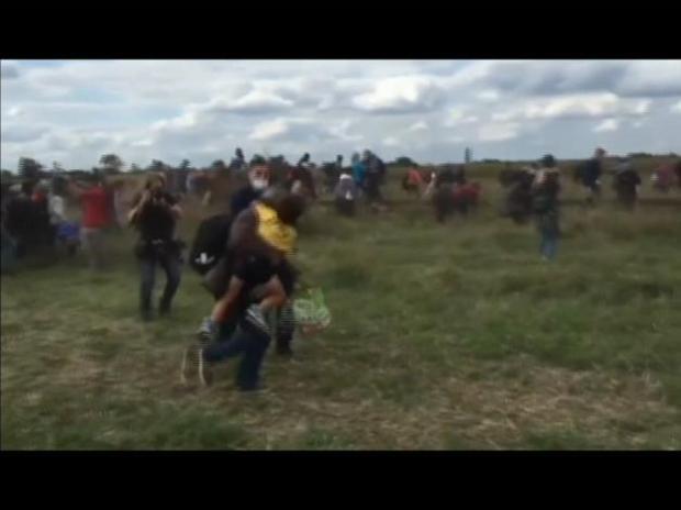 Identifican a migrante agredido por reportera húngara
