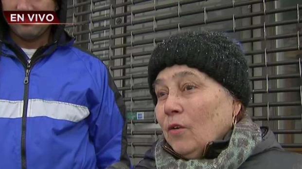 Personas salen a comprar víveres en medio de la tormenta