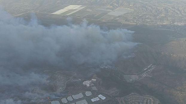 En fotos: Incendio amenaza áreas en montañas de Thousand Oaks