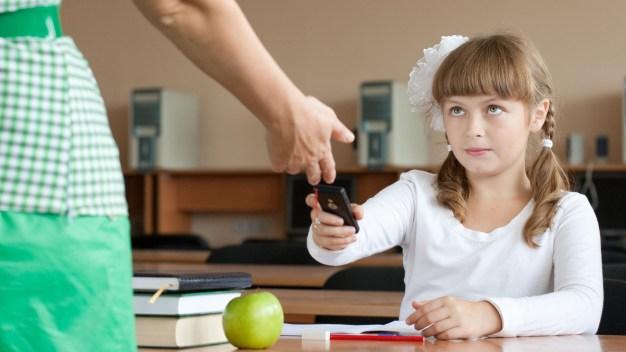 Sin celulares: escuela de California lanza estricto programa
