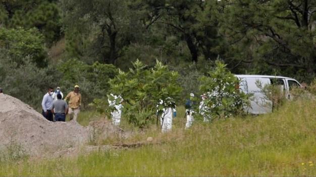 Hallan bolsas con restos humanos en fosa clandestina