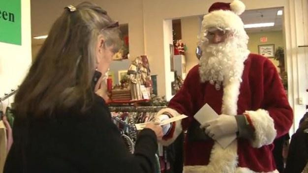 Santa Claus anónimo reparte billetes de $100}