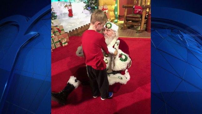 """""""El mejor Santa"""", dice madre de niño ciego y con autismo"""