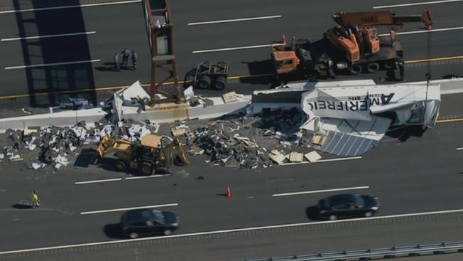 Camión de remolque deja su carga en autopista