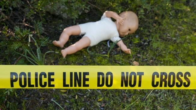 Muere bebé mientras jugaban a las luchas con él